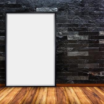 Tabellone per le affissioni di pubblicità in bianco sul muro di mattoni di pietra nero con pavimento in legno