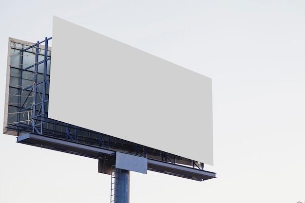 Tabellone per le affissioni di pubblicità vuoto all'aperto contro fondo bianco