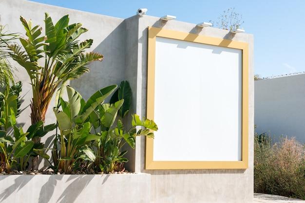Tabellone per le affissioni in bianco all'aperto. modello. stand pubblicitario vuoto, scheda di informazione pubblica
