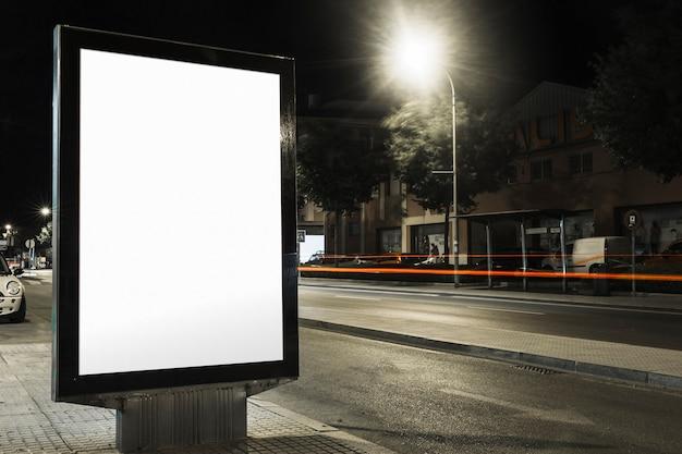Tabellone per le affissioni in bianco alla notte per la pubblicità
