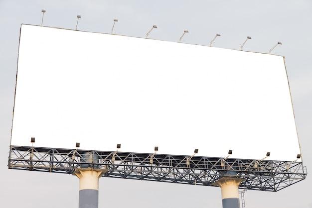Tabellone per le affissioni in bianco alla priorità bassa del cielo blu, derisione in su