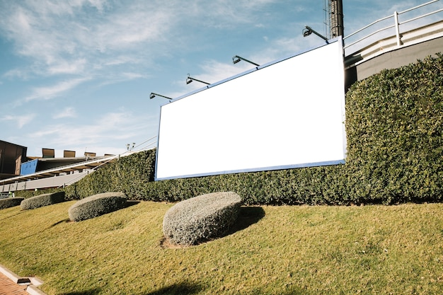 Tabellone per le affissioni in bianco bianco sulla via della città