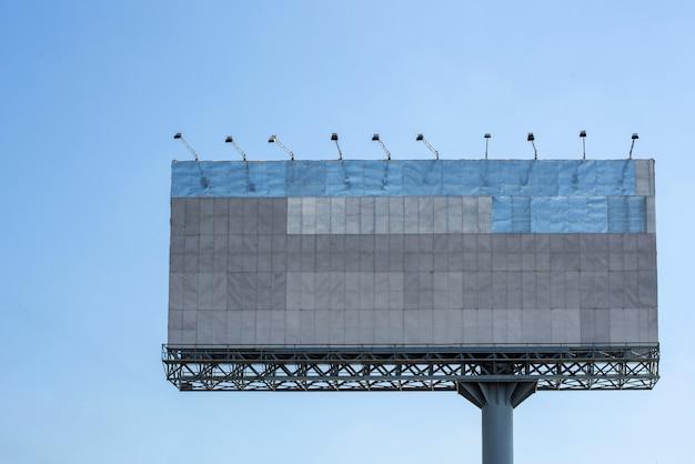 Tabellone per le affissioni in bianco con cielo blu per il manifesto pubblicitario esterno