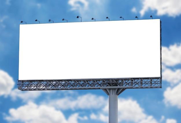 Tabellone per le affissioni in bianco con cielo blu
