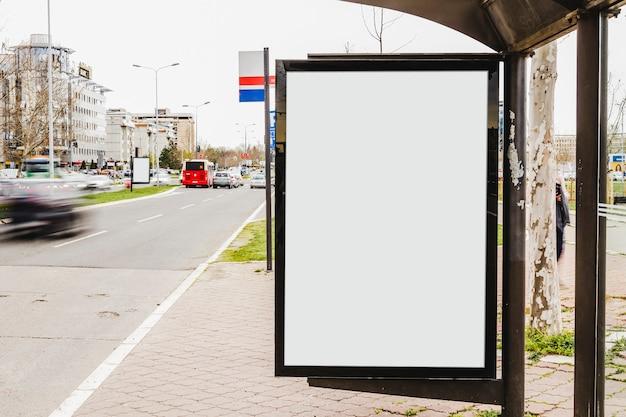 Tabellone per le affissioni in bianco con lo spazio della copia per il contenuto