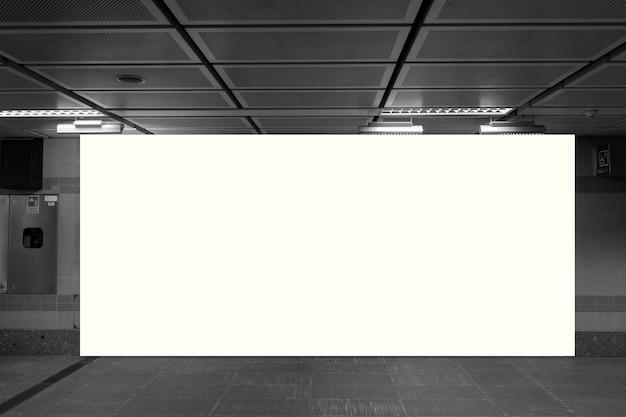 Tabellone per le affissioni in bianco con lo spazio della copia per il vostro messaggio di testo o contenuto,