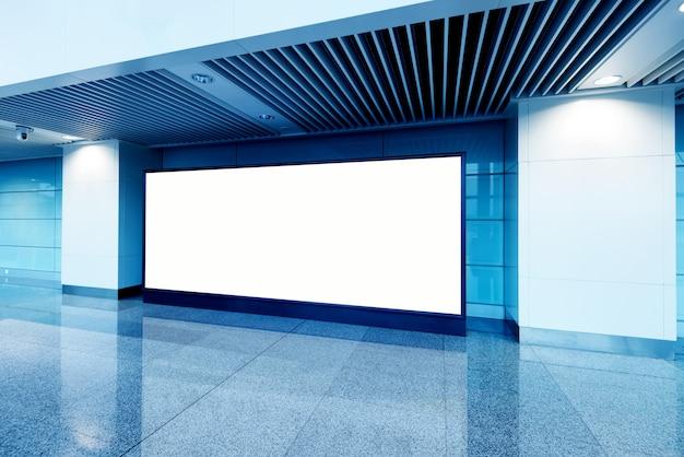 Tabellone per le affissioni in bianco della stazione della metropolitana di hall
