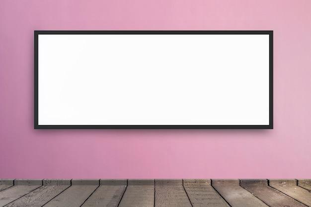 Tabellone per le affissioni in bianco di media di digital alla stanza del fondo della parete con copyspace