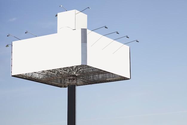 Tabellone per le affissioni in bianco pronto per la nuova pubblicità contro il cielo blu