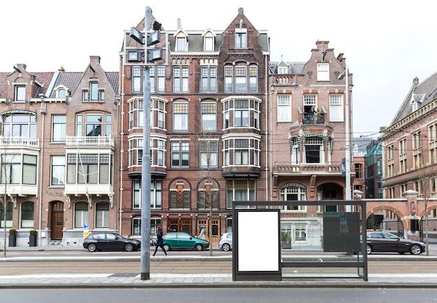 Tabellone per le affissioni in bianco sul bordo della strada in città europea