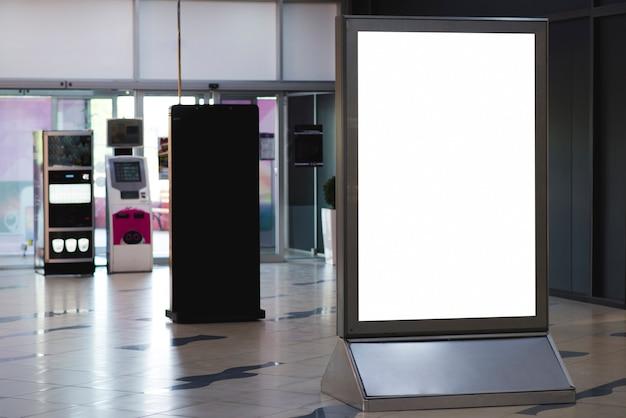 Tabellone per le affissioni in piedi vuoto di vista frontale