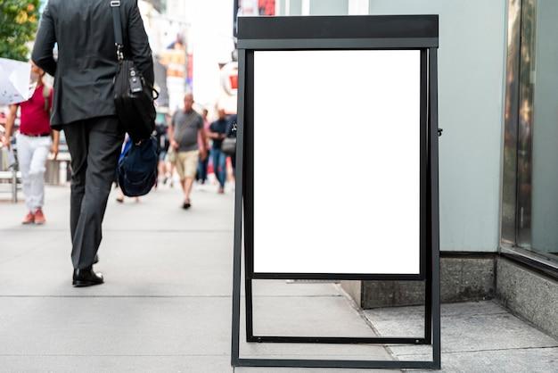 Tabellone per le affissioni mobile sul marciapiede