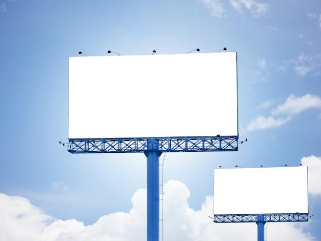 Tabellone per le affissioni pubblicità in bianco di sfondo del cielo blu