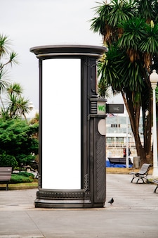 Tabellone per le affissioni sul bagno pubblico in città