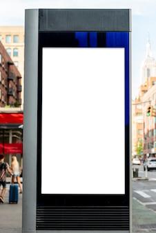 Tabellone per le affissioni sul post del marciapiede