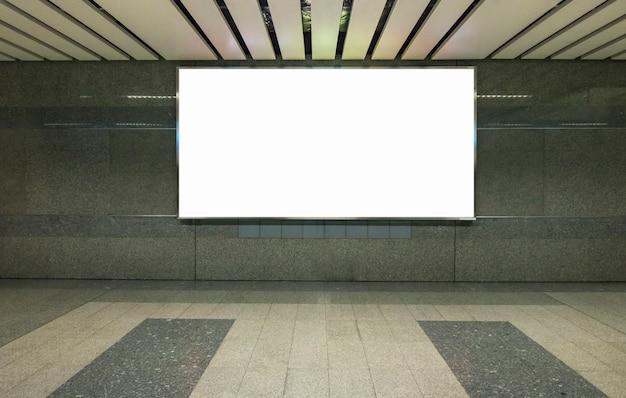 Tabellone per le affissioni sulla priorità bassa della parete