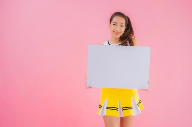 Tabellone per le affissioni vuoto bianco di bella giovane manifestazione asiatica della donna del ritratto
