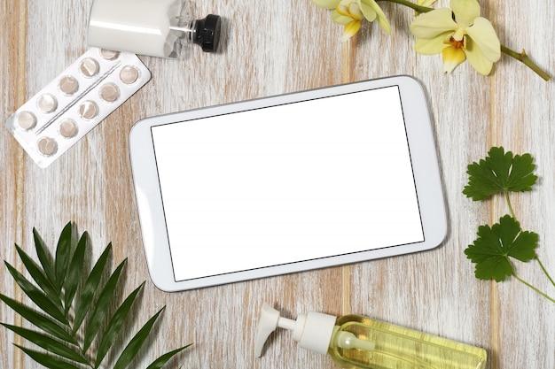Tablet con prodotti di bellezza