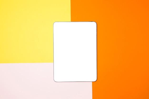 Tablet flat mockup laici con sfondo colorato