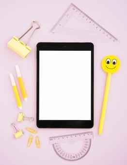 Tablet mock-up circondato da forniture da scrivania