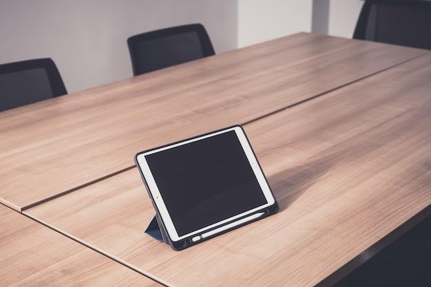 Tablet sul tavolo nella sala per seminari