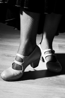 Tacchi di classe in bianco e nero sul pavimento