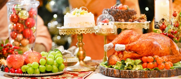 Tacchino arrosto servito con tacchino nella cena di natale, decorato con candele.