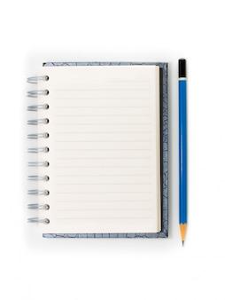 Taccuino a spirale in bianco e matita blu isolati