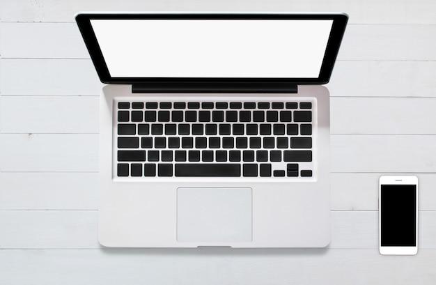 Taccuino del computer dello smartphone della compressa di vista superiore su legno del fondo
