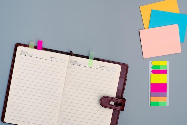 Taccuino del diario con la carta del bastone multicolore dell'ufficio