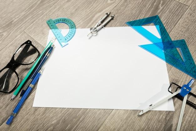 Taccuino e matita in bianco con i vetri sulla tabella di legno