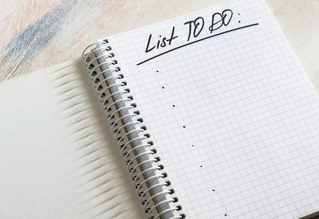 Taccuino e nota di scrittura con un elenco