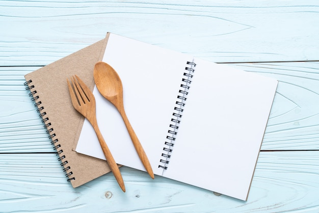 Taccuino in bianco per la nota di testo su superficie di legno