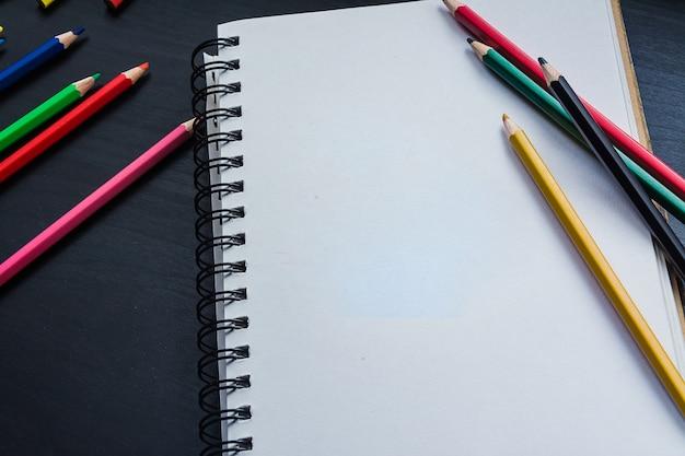 Taccuino sulla scrivania, disegno zucca sul quaderno