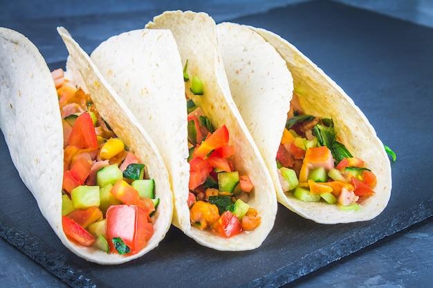 Taci messicani tradizionali con carne e verdure su fondo di legno