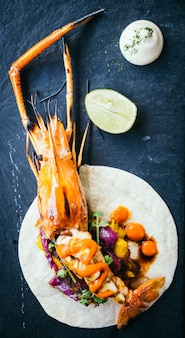 Taco con gamberi o gamberetti e salsa