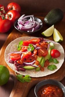 Taco vegano con verdure, fagioli kidey e salsa