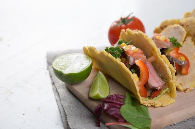 Tacos con carne di manzo, pepe e guacamole