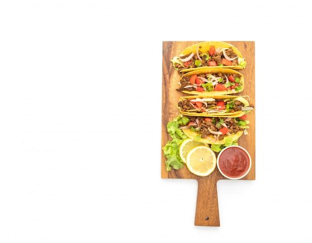 Tacos con carne e verdure isolate