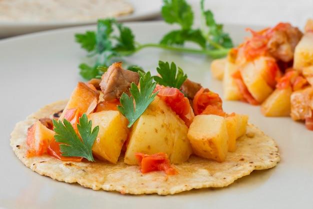 Tacos deliziosi con carne e patate