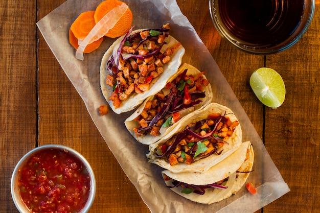 Tacos deliziosi con vista dall'alto di salsa
