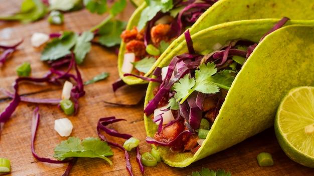 Tacos dell'angolo alto sulla tavola di legno