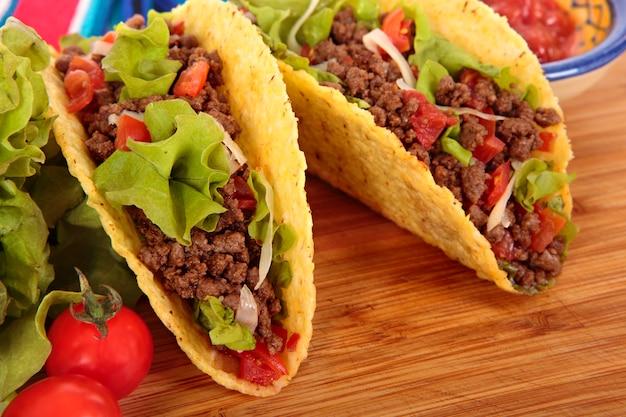 Tacos di manzo messicano su tavola di legno