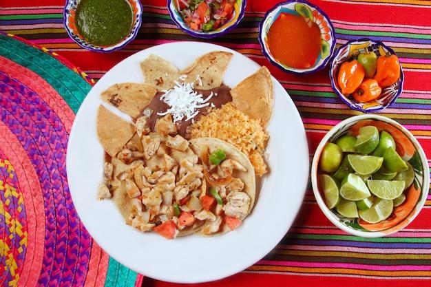 Tacos di pollo salsa e nachos al peperoncino stile messicano