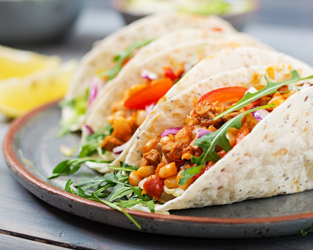 Tacos messicani con carne di manzo, fagioli in salsa di pomodoro e salsa