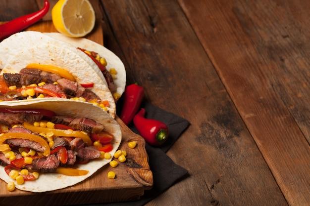 Tacos messicani con carne di manzo marmorizzata e verdure.