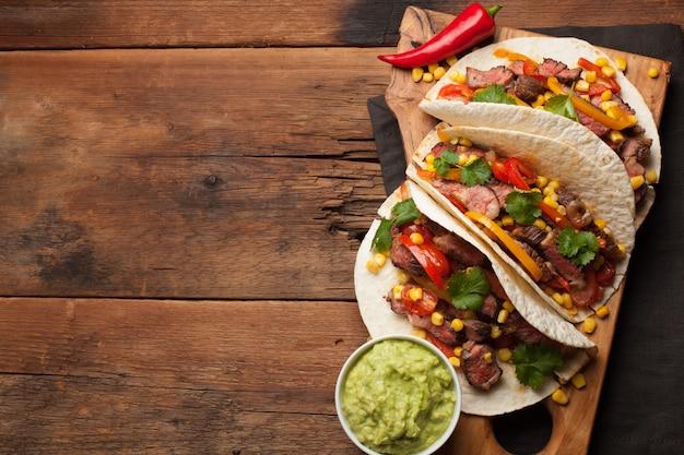 Tacos messicani con carne e verdure marmorizzate.
