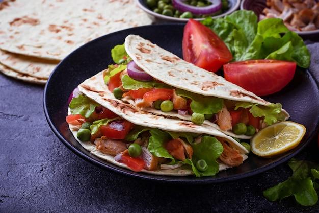 Tacos messicani con carne e verdure. messa a fuoco selettiva