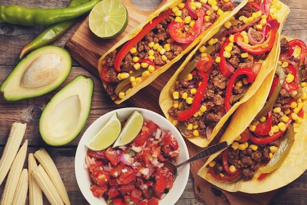 Tacos messicani con carne macinata, verdure e salsa.