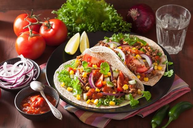 Tacos messicani con mais cipolla salsa di manzo pomodoro